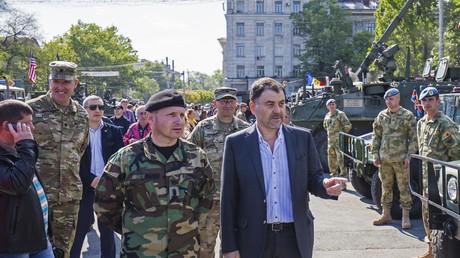 Moldawiens Verteidigungsminister Anatol Șalaru (rechts im Vordergrund) mustert US-Militärgerät in Chișinău.