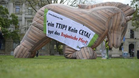 Zahlreiche Verbände sehen in TTIP und CETA ein Trojanisches Pferd für Umwelt- und Verbraucherschutz.