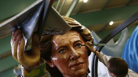 Will die Aufrüstung: Bundesverteidigungsministerin Ursula von der Leyen als Karnevalsfigur