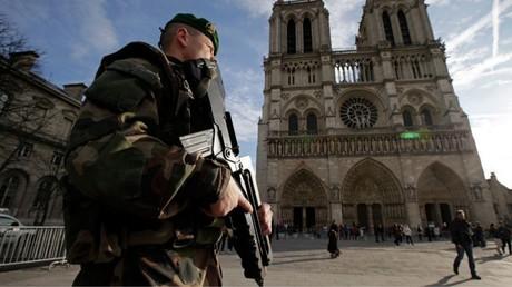 Bewaffneter französischer Soldat vor der Kathedrale von Notre Dame in Paris.