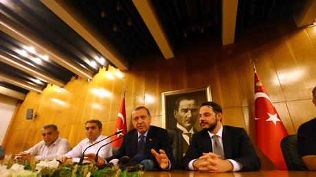 Präsident Erdogan wendet sich am Istanbuler Flughafen an die Bevölkerung und erklärt den Putschversuch für gescheitert