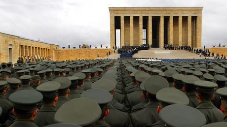 Türkische Soldaten stehen am Mausoleum des Staatsgründers Kemal Ataturk bei einer Zeremonie zu seinem 65. Todestag im November 2003.