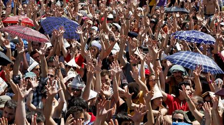 Demonstranten heben ihre Hände bei einer Abstimmung auf dem Platz Puerta del Sol in Madrid am 22. Mai 2011. Etwa 30.000 Menschen stimmten auf dem Platz gegen die Regierung ab.