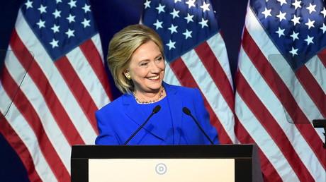 Hillary Clinton ist das Lächeln noch nicht vergangen, trotz wachsender Indizien für Wahlbetrug gegen Bernie Sanders....