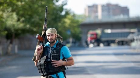 """Ein Mitgleid der Gruppe """"Sasna Zrer"""" vor dem besetzten Polizeigebäude in Jerewan"""