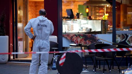 Ein Polizist am Tatort in Reutlingen, nachdem ein junger Syrer eine Frau mit einer Machete getötet hat