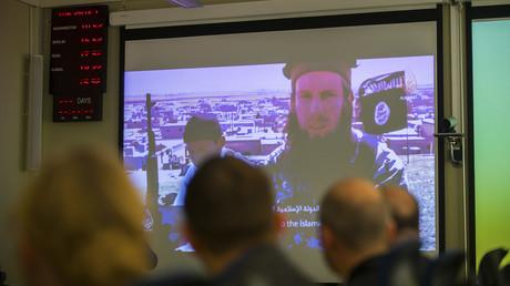 Mitarbeiter des Terrorabwehrzentrums analysieren ein IS-Propagandavideo