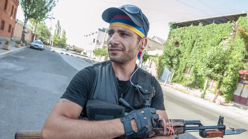 """Armenien: Polizeirevier in Jerewan befreit - Milizionäre von """"Sasna Zrer"""" legen Waffen nieder"""