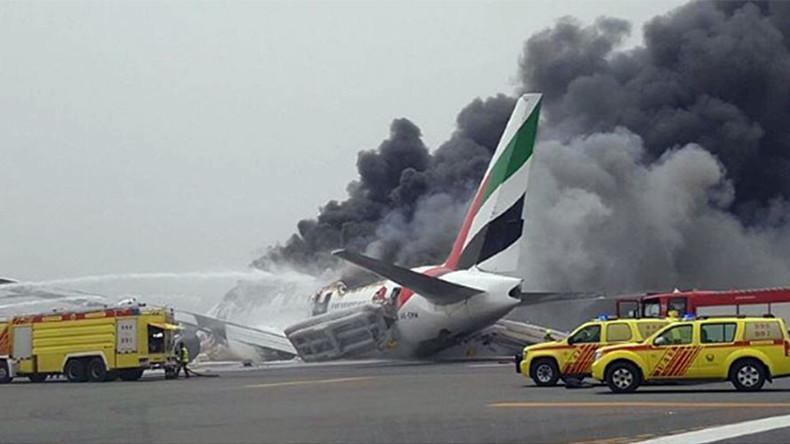 Notlandung: Emirates Maschine geht am Flughafen Dubai in Flammen auf [Video]