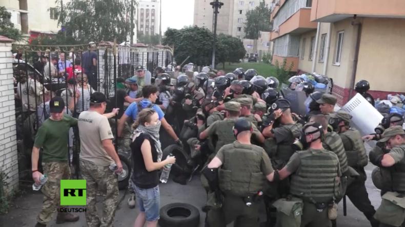 """Kiew: """"Angriff mit unbekannter Substanz"""" - 27 Polizisten bei Zusammenstößen vor Gericht verletzt"""