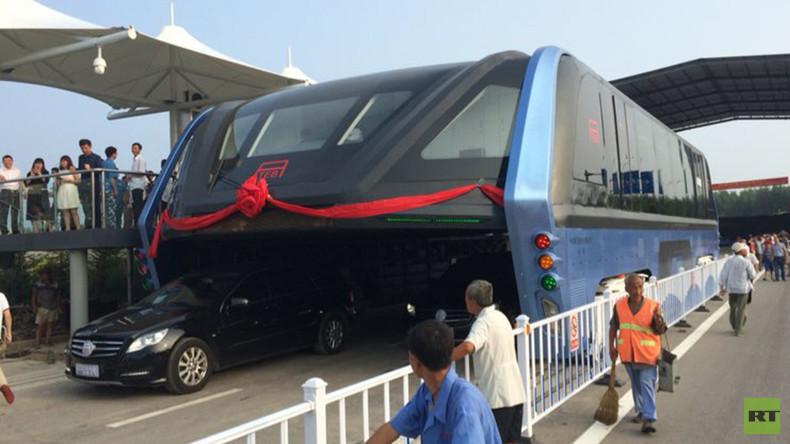 Verkehr der Zukunft: Futuristischer Bus zur Stau-Überwindung beginnt Testbetrieb in China