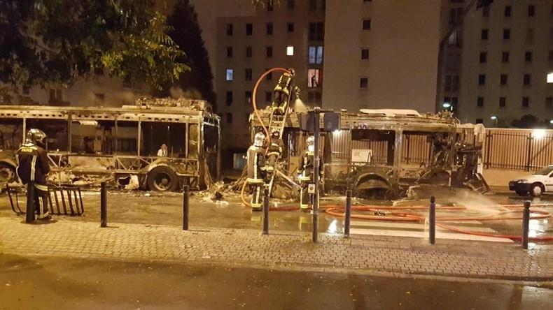 Paris: Unbekannte attackieren Nachtbus und setzen ihn mit Molotow-Cocktail in Brand [Video]