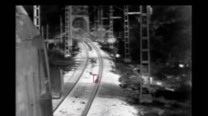Russland: Dreijähriges Kind in letzter Sekunde vor Zug gerettet