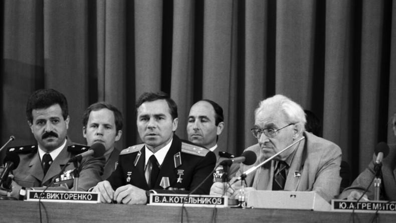 Gemeinsame Pressekonferenz der sowjetisch-syrischen Raumfahrtmission: Der syrische Kosmonaut Muhammed Faris (l.), der sowjetische Kosmonaut Alexander Wiktorenko (m.) sowie der Wissenschaftler und Chef des Interkosmischen Rates Wladimir Kotelnikow, 1987.