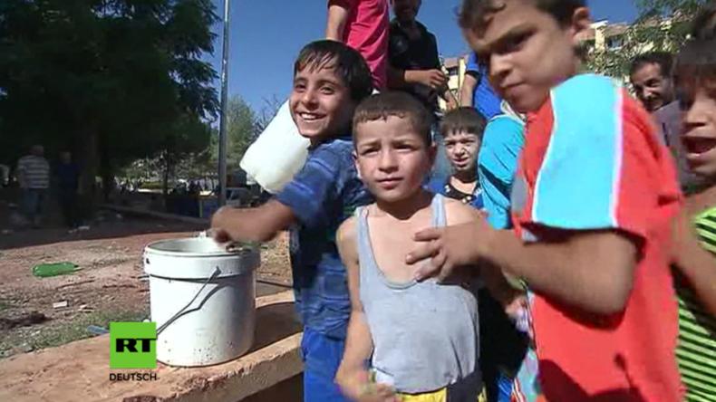 Syrien: Geflohene Zivilisten aus Aleppo erhalten Hilfe in einem provisorischen Lager