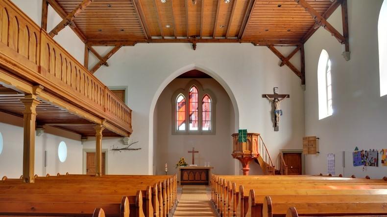 Hatte schon mehr Besucher: Innenraum einer evangelischen Kirche (Symbolbild). Quelle: Taxiarchos228 / Copyleft https://upload.wikimedia.org/wikipedia/commons/5/56/Steinen-Hofen_-_Evangelische_Kirche9.jpg