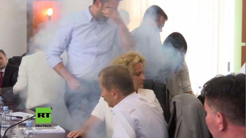 Kosovo: Tränengasattacke auf parlamentarisches Treffen live im TV