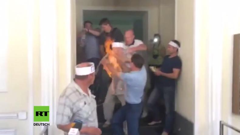 """""""Wegen ausstehendem Lohn"""" - Ukrainischer Minenarbeiter setzt sich im Energieministerium in Brand"""