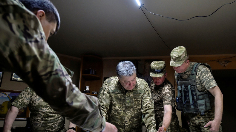Der ukrainische Präsident Petro Poroschenko mit seinem Generalstab.