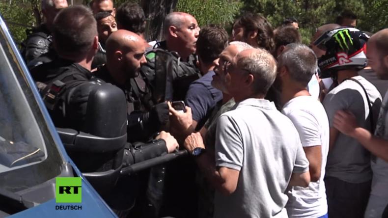 Korsika: Nach Massenschlägerei wegen Burkini versammeln sich Hunderte vor Migranten-Viertel
