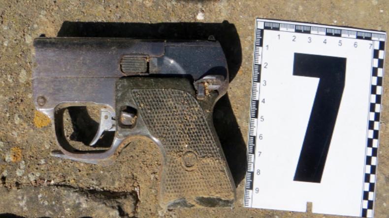 Pistole mit integriertem Schalldämpfer, die laut FSB-Angaben bei den festgesetzten Saboteuren gefunden wurde.