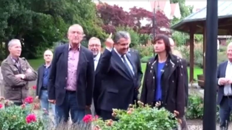 """Vizekanzler Gabriel zeigt rechtsradikalen Jugendlichen den """"Stinkefinger"""""""