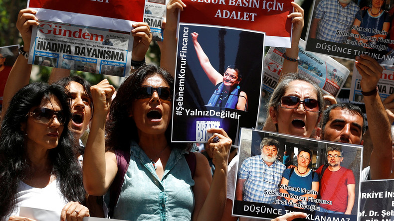 """Demonstranten protestieren die Verhaftung von drei Personen, die an einer Solidaritätskampagne für die pro-kurdische Zeitung """"Özgür Gündem"""" teilnahmen, Juni 2016."""