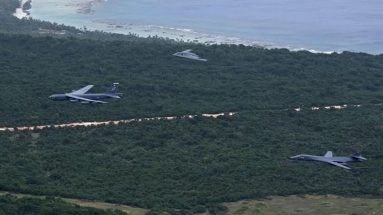 Bomber der U.S. Air Force (B-52, B-1 und B-2) fliegen über Andersen Air Force Base auf Guam