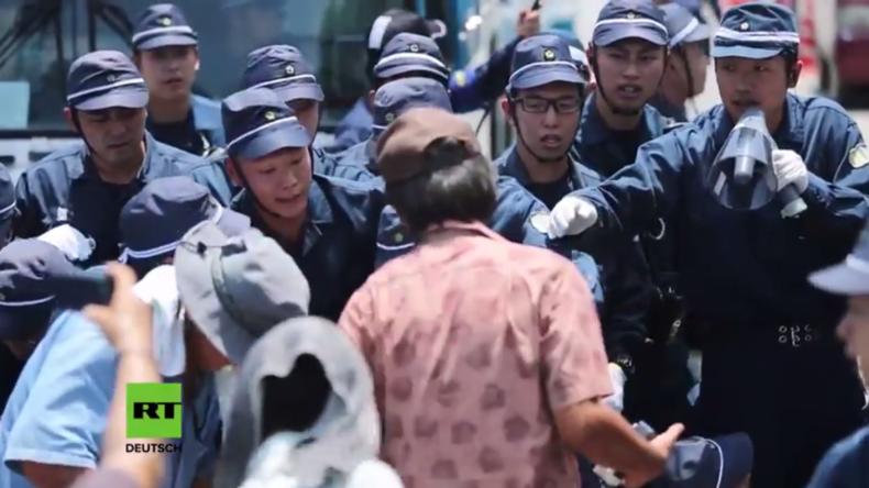 Japan: Polizei entfernt Demonstranten, die US-Militärstützpunkt in Okinawa blockieren