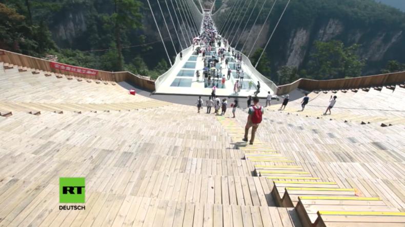 China: Die weltweit längste und höchste Glasboden-Brücke in der Provinz Hunan eröffnet