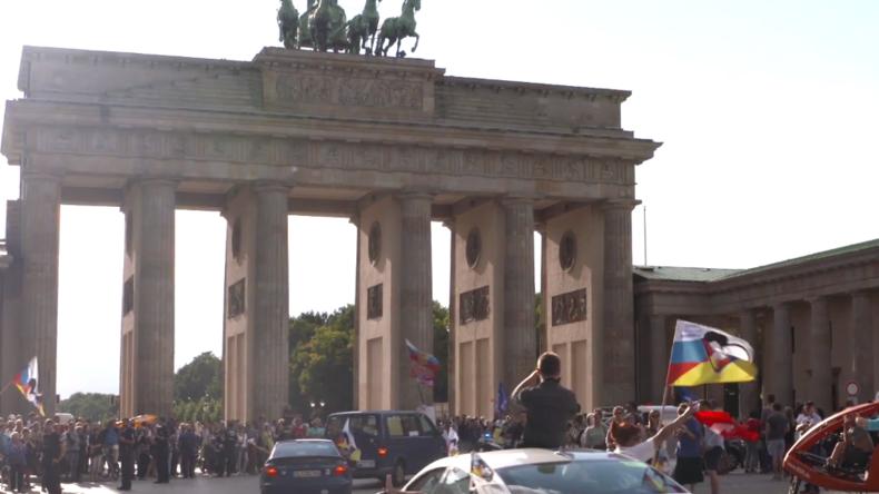 Zurück aus Moskau: Die Teilnehmer der Friedensfahrt werden am Brandenburger Tor begrüßt. Bild: KenFM.de