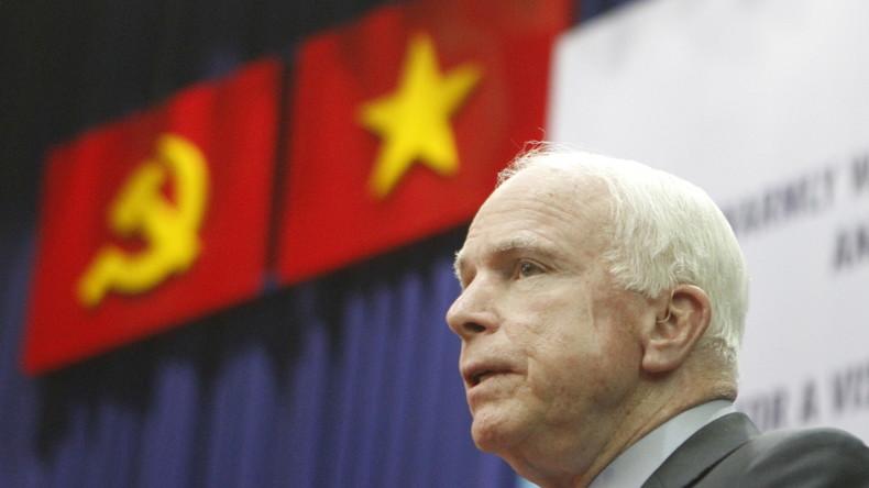 US-Senator John McCain tritt vor Studierenden der Universität für Humanitäre und Soziale Wissenschaften in Ho-Chi-Minh-Stadt, Vietnam, 29. Mai 2015