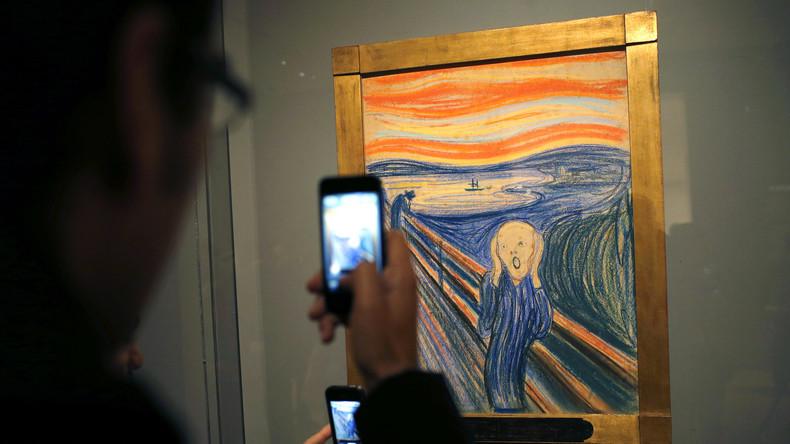 """Immer ganz nah an der Katastrophe. Ein Museumsbesucher fotographiert mit seinem Smartphone  Edvard Munchs Gemälde """"Der Schrei""""."""