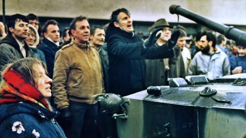 Eine Gruppe von Litauern blockiert einen Panzer vor dem Haus der Presse in Vilnius, zwei Tage nach der Räumung des Fernsehturms, Januar 1991.