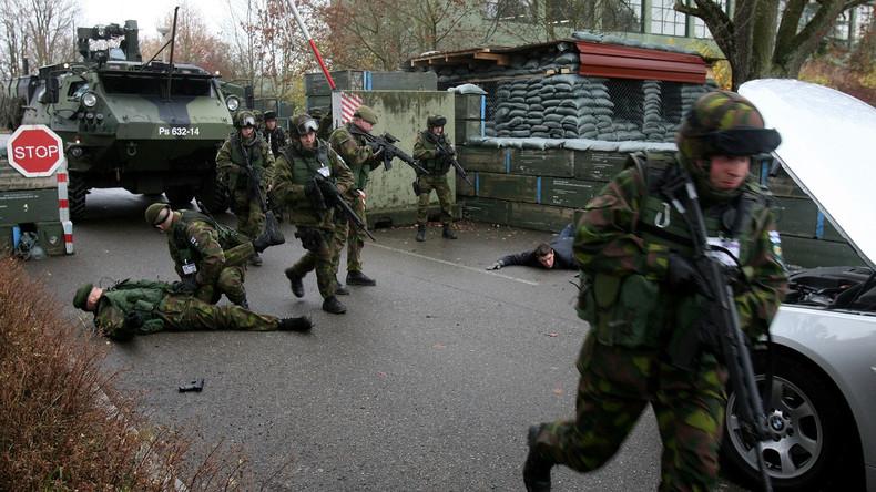 Training finnischer Soldaten im Rahmen einer multilateralen Übung: Stürmen und sichern eines Checkpoints.
