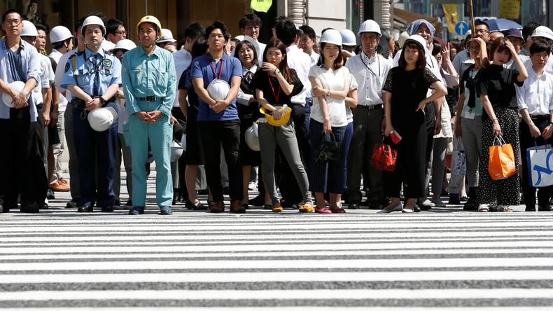 Japaner mit Schutzhelmen bei der Katastrophenübung: Hier wir ein Szenario mit einem Erdbeben Stärke 7.2 in Tokyo durchgespielt, 26. August 2016.