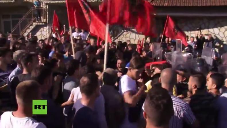 Kosovo: Albanische Demonstranten hindern Serben an Kirchenbesuch – Mehrere Verletzte