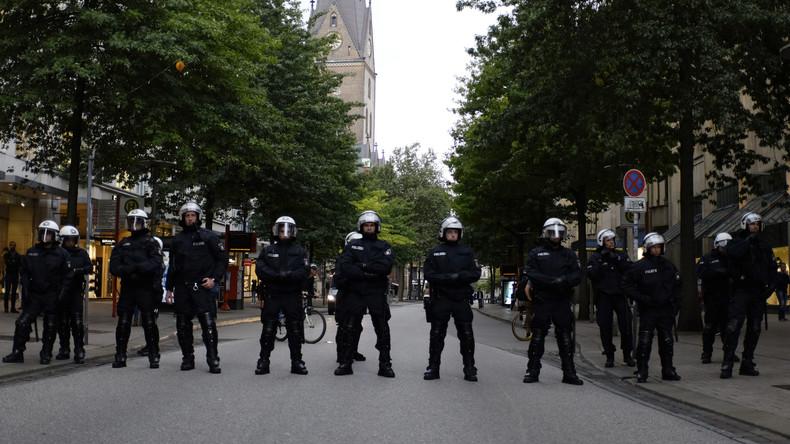 Polizisten in Hamburg während einer Kundgebung.