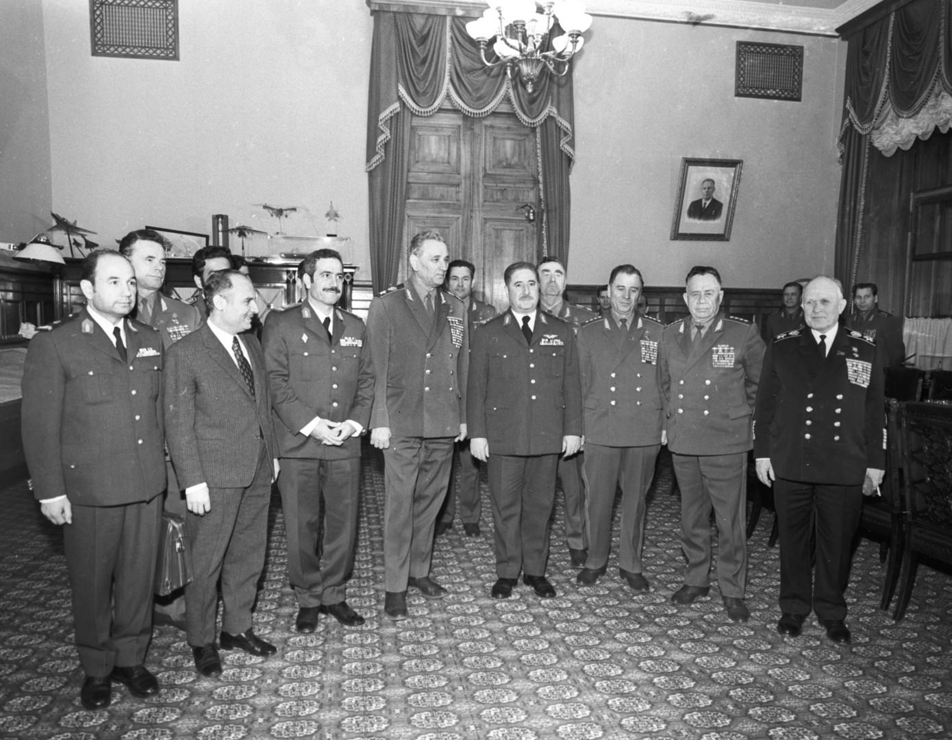 Der sowjetische Verteidigungsminister Feldmarschall Andrei Gretschko (vierter von links) und der Verteidigungsminister der Syrischen Arabischen Republik Generalleutnant Mustafa Tlas (vierter von rechts) 1972 in Moskau.