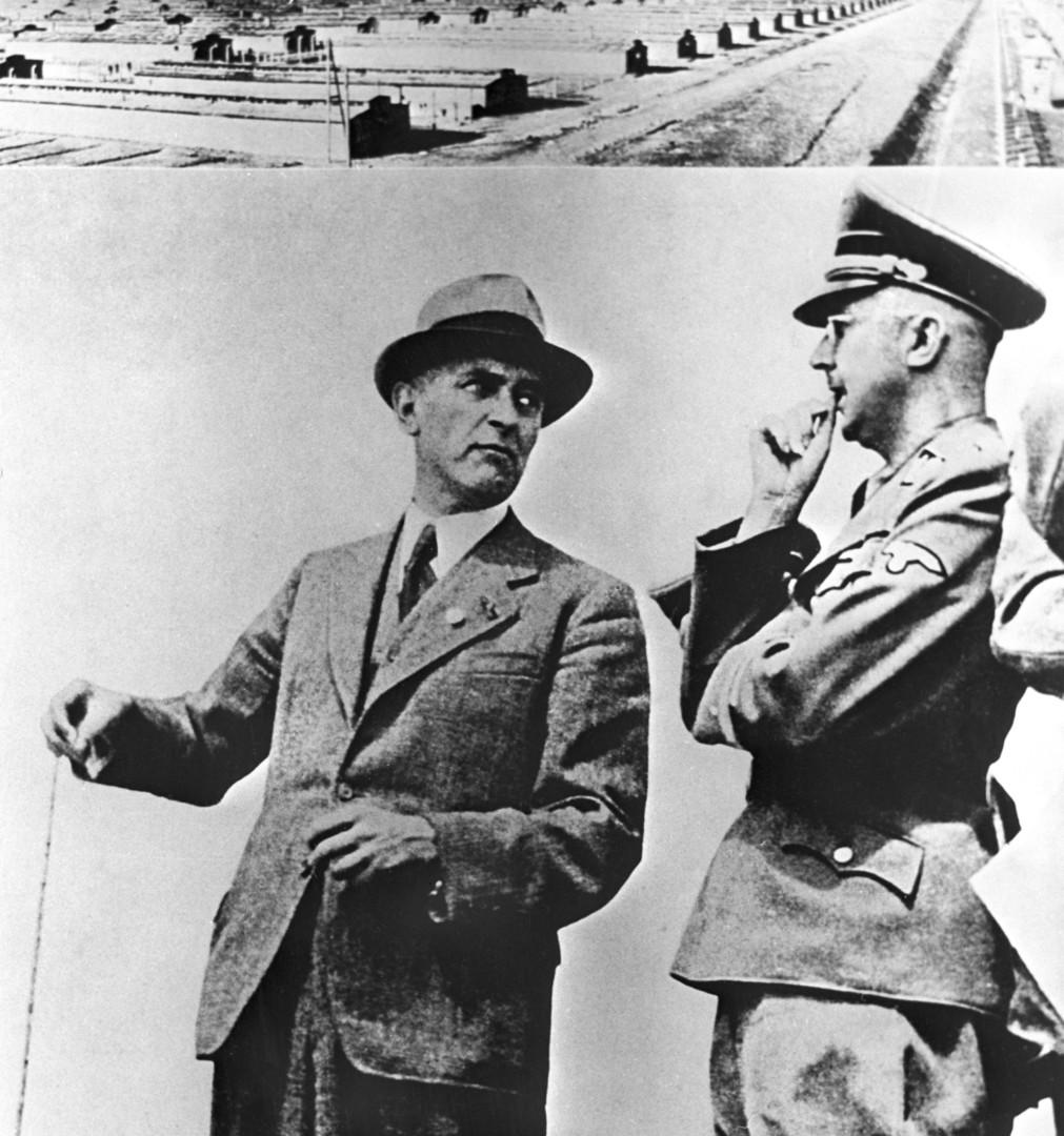 """Der Chefingenieur der """"IG Farbenindustrie"""" M. Faust im Gespräch mit Himmler, Ausschwitz, 1941."""