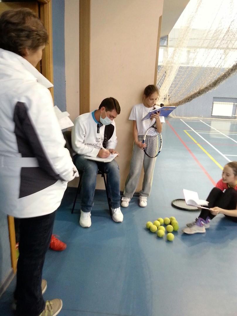 Mein Tennistrainer Pawel Jurewitsch. Zu dem Zeitpunkt als ich das Foto machte, hatte Pawel eine Erkältung und wollte seine Schüler nicht anstecken. Daher der Mundschutz.