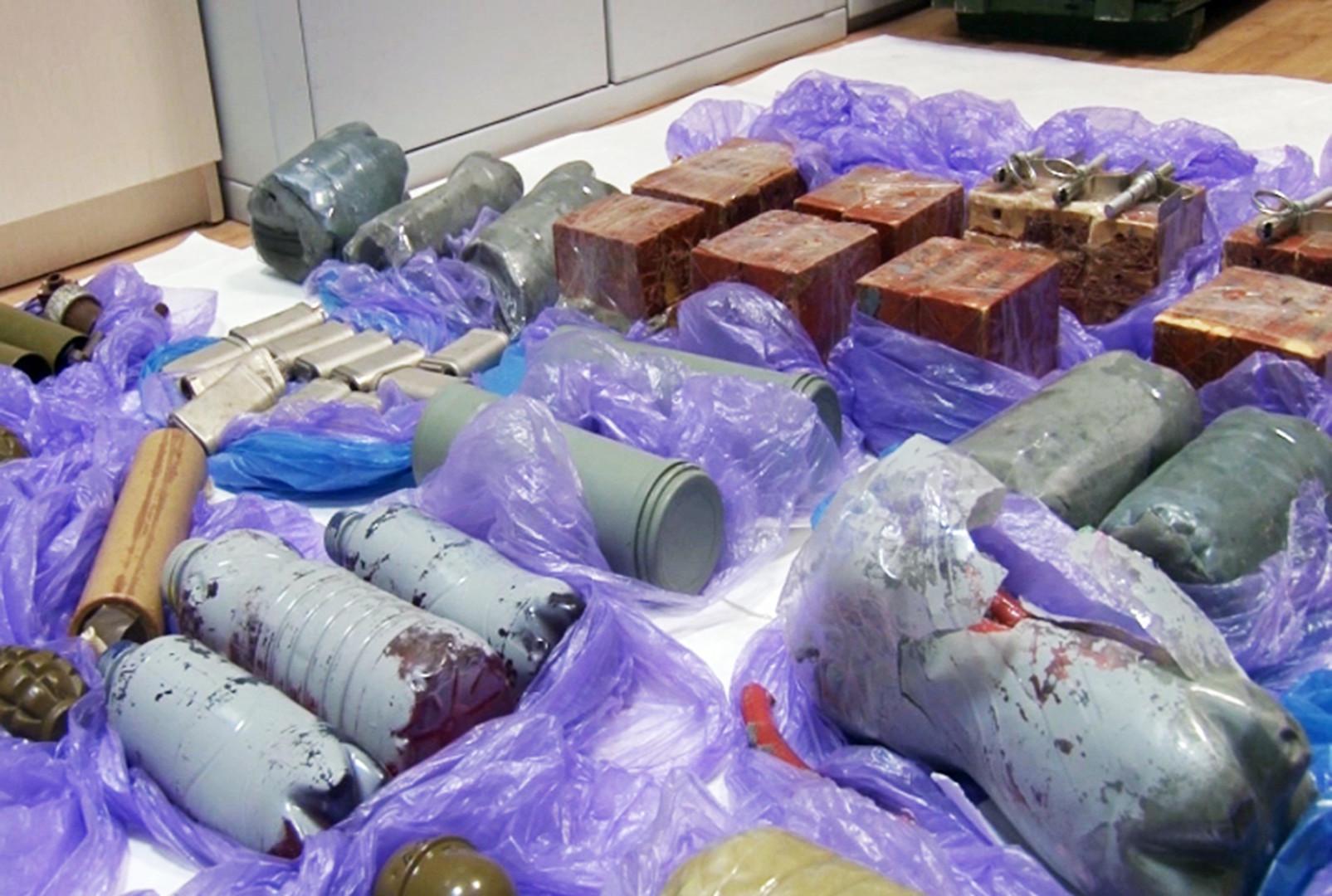 Beschlagnahmte Sprängsätze und Munition