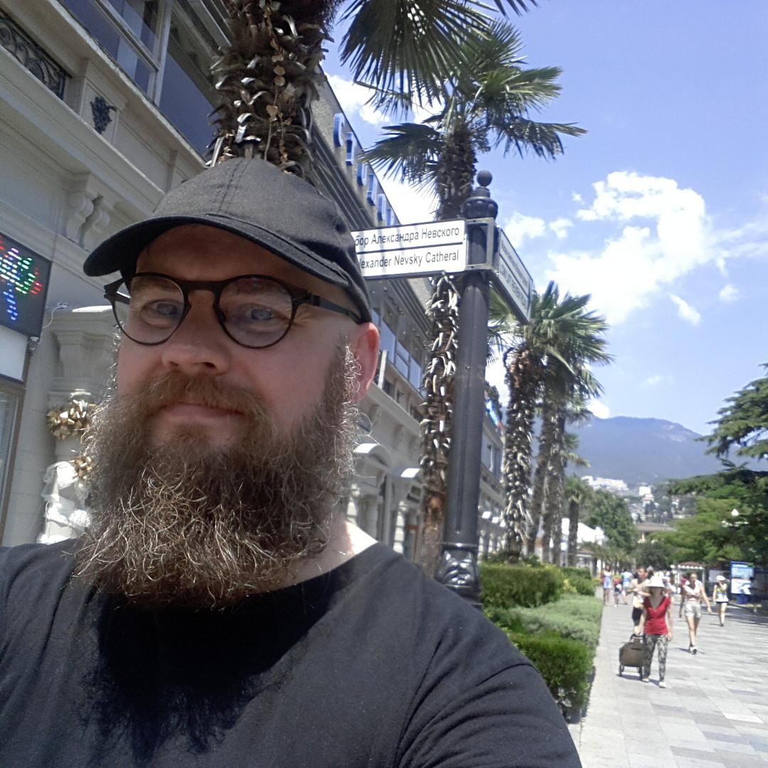 Flanierend auf der Strandpromenade: RT Deutsch-Gastautor Gert Ewen-Ungar