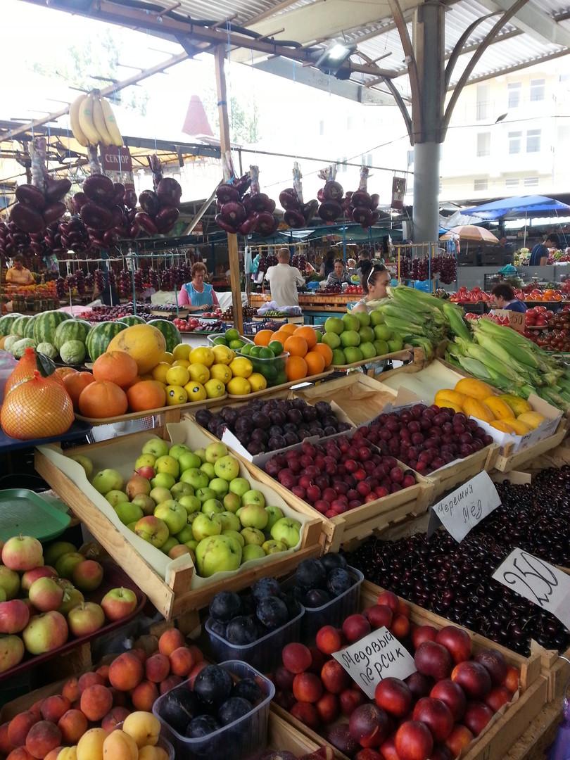 Die Marktstände sind reichhaltig gedeckt: Trotz Sanktionen herrscht kein Mangel auf der Krim. Foto: Gert Ewen-Ungar