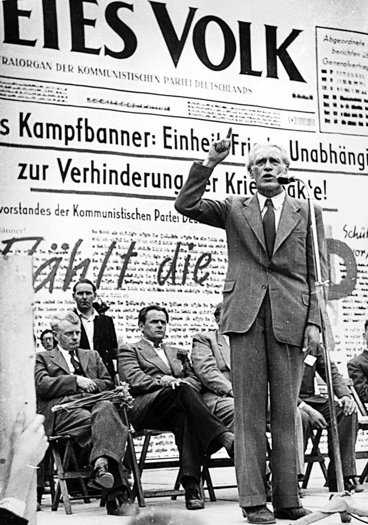 """Der KPD-Vorsitzender Max Reimann auf dem Pressefest der KPD-Zeitung """"Freies Volk"""", 1953."""