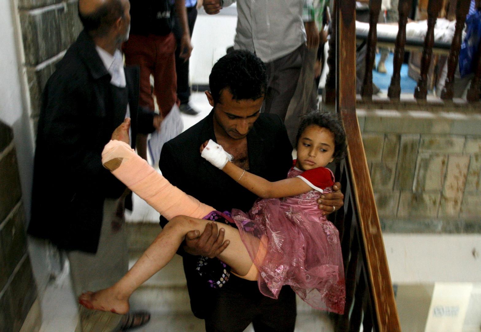 Ein Mann trägt seine Schwester in ein Krankenhaus, im Yemen, südwestlich von TAiz