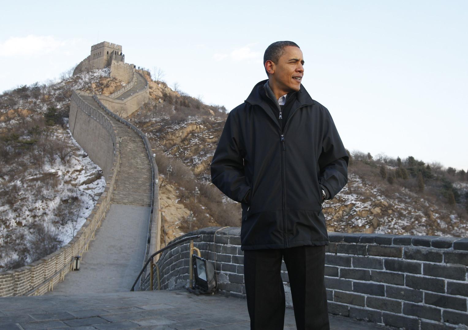 Barack Obama als Präsident auf einer Tour auf der Großen Mauer bei Badaling im November 2009.