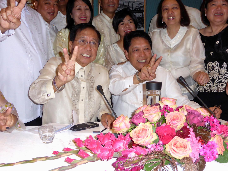 Luis Jalandoni (links), Vertreter der maoistischen Rebellen, zusammen mit dem philippinischen Regierungsvertreter Silvestre Bello (rechts) in Oslo, Norwegen, zum Verhandlungsauftakt am Montag.