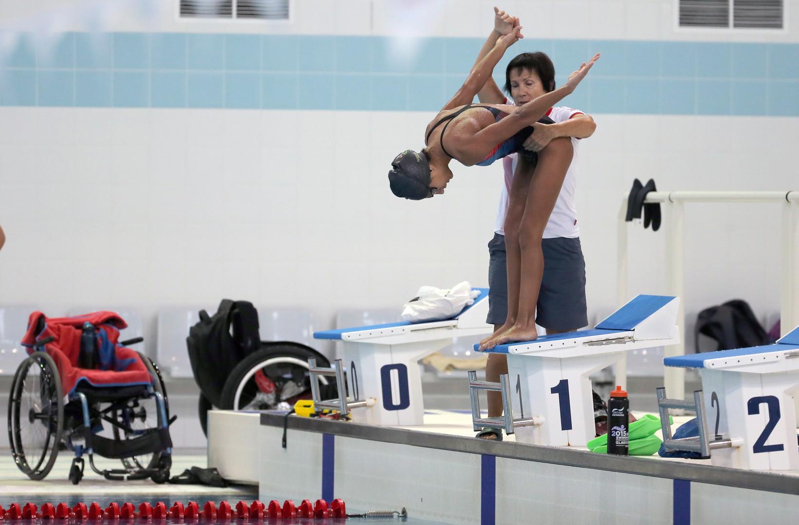 """Schwimmerin Ani Paljan und ihre Trainerin Marina Leskowskaja """"In dem Moment, als in den Nachrichten gesagt wurde, dass die russische Auswahl disqualifiziert ist, war ich ehrlich gesagt schockiert. Das ist sehr schmerzhaft. Wir haben nichts verbrochen"""", so Ani Paljan."""