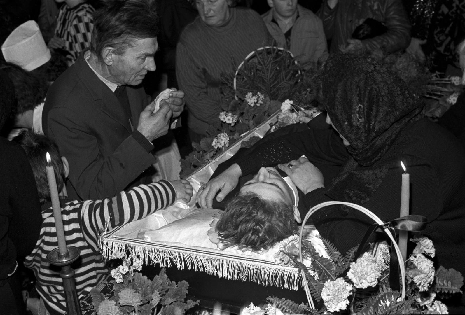 Beerdigung von Litauern, die bei der Räumung des Fernsehturms von Vilnius getötet wurden, 23. Januar 1991.